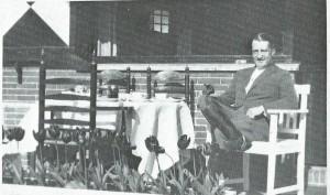 Vader K.V.K.Mulisch die tijdens de Tweede Wereldoorlog als personeelschef bij de (roof)bank Rosenthal