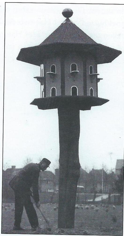 Opzichter Henk van Iperen van Groenendaal helpt mee bij het plaatsen van de duiventil in de hertenkamp. Intussen verplaatst naar een andere plek in de kinderboerderij