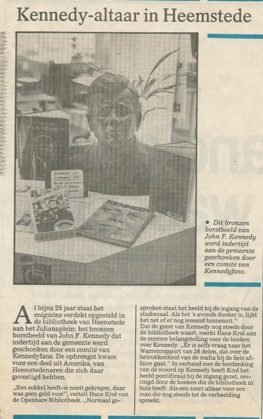 Artikel over de bronzen buste van John F.Kennedy uit het Haarlems Dagblad van 22 november 1988. Het borstbeeld heeft na 1965 enige tijd in het raadhuis gestaan, vervolgens meer dan een kwarteeuw in de bibliotheek en is tegenwoordig opgeslagen in een niet openbare plaats in het Heemsteedse raadhuis.,
