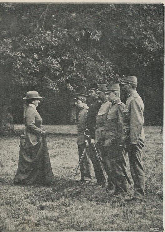 Hare Majesteit Koningin Wilhelmina richt bij het bivak te Bennebroek het woord tot de aldaar gelegerde officieren in de mobilisatietijd (1914-1918), nabij het Huis te Bennebroek (De Prins, 1916)