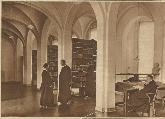 Priesters aan de studie in de rijk voorziene bibliotheek van Hageveld