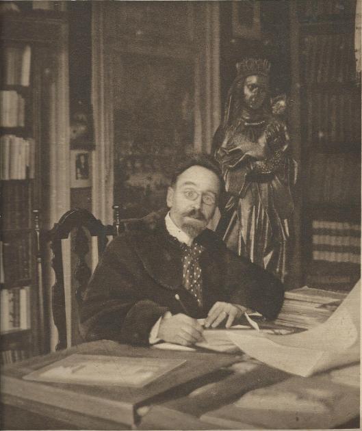 Architect Jan Stuyt van Hageveld (maar ook in 1906 mede van het raadhuis in Heemstede) op een foto in zijn werkkamer, gepubliceerd in de Katholieke Illustratie van 14 juni 1919.