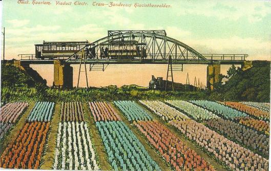 Viaduct bij Heemstede-Aerdenhout met stoomtram van Haarlem naar Leiden v.v. en elektrische tram Haarlem- Zandvoort.