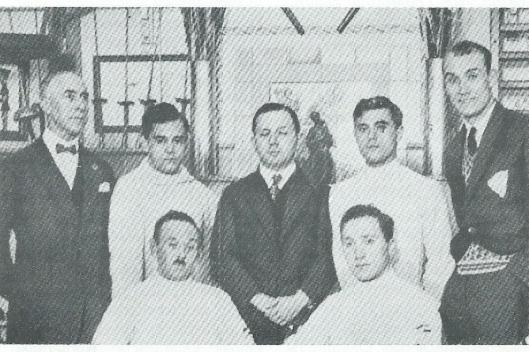 Foto uit eind jaren twintig van de schermclub in Amsterdam. Helemaal rechts Cornelis Weber