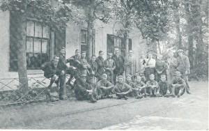 De boerderij der familie Milatz (vanouds de Van Merlenstal), ten slotte bewoond door P. van Schie en in 1974 gesloopt. Voor het woonhuis Duitse padvinders die hier omstreeks 1930 logeerden. Moeder Milatz met op de arm Pleun, de latere mevrouw V.d. Velden-Milatz.