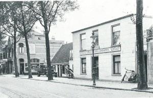 Coöperatieve Verbruikvereeniging , de Samenwerking, afdeling Bakkerij in de Raadhuisstraat. Op de achtergrond de winkel van Zwarter comestibles