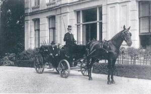 Henrick S. van Lennep voor het huis Leiduin in 1914. Hij was de laatste Van Lennep die Leiduin bewoonde en overleed in 1914