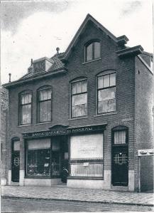 Begin Raadhuisstraat oostzijde met in 1915/1916 door aannemer Gebr. Van den Putten gebouwde Lunchroom en banketbakkerij