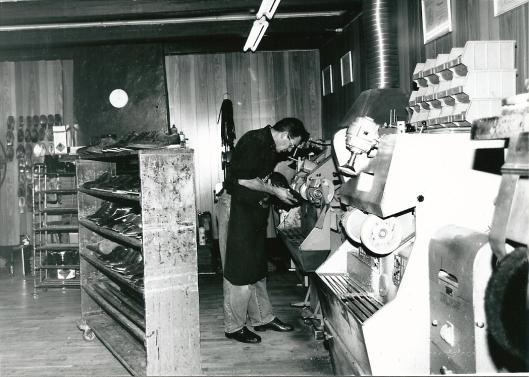 Kaptein Schoenreparatiebedrijf. Voorlaatste dag in het oude pand 13-1-1995 (foto V.C.Klep)