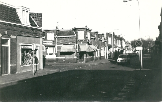 Links Kroon, Binnenweg 25, nu Deux Café Deux Bistro. Aan de andere zijde van de Iepenlaan, Binnenweg 27 is tegenwoordig het Kaasboerinnetje gevestigd.