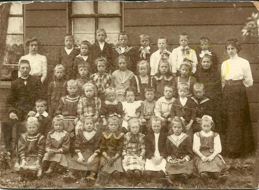 Schoolfoto uit omstreeks 1912 in Zaandam. Maria Pos met strik in het haar staat op de derde rij rechts. Helemaal rechts haar schooljuf