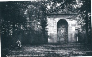 De schlpen-nis ofwel schelpenhuisje, aan het eind van de Adriënnelaan vernoedelijk geplaats door Adrian Elias Hope die van 1802-1834 eigenaar was van Bosbeek-Groenendaal