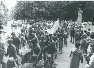 Tijdens de jaarlijkse Avondvierdaagse passeren wandelaars de Vrijheidsdreef in 1982