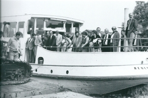 Gemeentebesturders, ambtenaren en bouwers in 1981 op een gecharterde rondvaartboot bij de bouw van Merlenhoven. Een nieuwbouwproject van bijna 500 woningen. Vijfde van rechts staat burgemeester jhr.mr.O.R.van den Bosch en links naast hem loco-gemeentesecretaris mr.A.Buiter. In het midden met donker haar en baardje W.J.Kraayenga, toenmalig directeur van het gemeentelijk technisch bedrijf