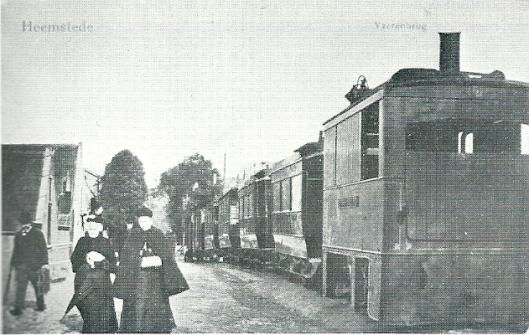 De stoomlocomotief 'Sassenheim' passeert de IJzeren brug. Foto uit omstreeks 1900 met volgens de overlevering links lopend mw. Peeperkorn.