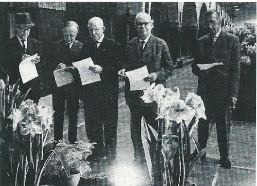 De heer Jan Dix (midden) als keurmeester in het Krelagehuis omstreeks 1960