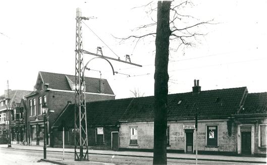 Foto uit 1933. Raadhuisplein met onbewoonbaar verklaarde burgermanshuisjes. Na 1934 zijn deze na afbraak vervangen door herenhuizen ontworpen door architect Nic. Nijman en gebouwd door aannemer Jonckbloedt.. Links begin Raadhuisstraat met aan het begin de in 1915 gebouwde bankbakkerij en kokerij.
