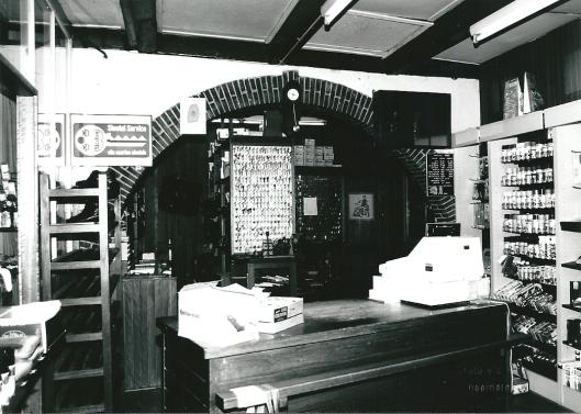 Kaptein Schoenreparatiebedrijf. Voorlaatste dag in voormalig gebouw, voorheen café de Halte, Raadhuisstraat Heemstede. 13-1-1995 (foto V.C.Klep)