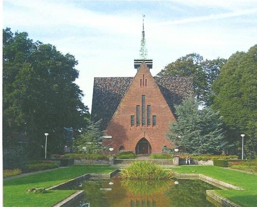 Gelijkenis met de vroegere gereformeerde kerk van Bennebroek (1939-1981) heeft het kerkgebouw van complex Stichting Vogelenzang/de Geestgronden, Rijksstraatweg 113. In 1932 ontworpen door architect A.T.Kraan sr., die al in 1926 het ofdcomplex had