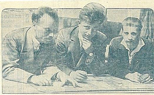 Drie kunstenaars van glas-in-lood aan het werk. Van links naar echts: Huib du Ru, W.A.van de Walle en Nico Schrier. Uit: Het Volk van 7-7-1930