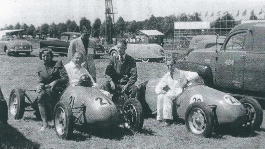 Lex Beels (links) in zijn racewagen