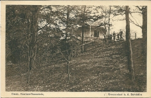 De uitzichttoren bevond zich op een kunstmatig aangelegde heuvel