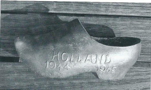 Dit metalen klompje met opschrift 'Holland 1944-1945' is fakomstig uit de schenking van NSB-spullen. Vermoedelijk van een legering met lood, zijn deze verkocht in o.a. de Volksche Boekhandel. De betekenis ervan is nog nog niet bekend. Mocht u het wellicht weten, dan vernemen wij dat graag!