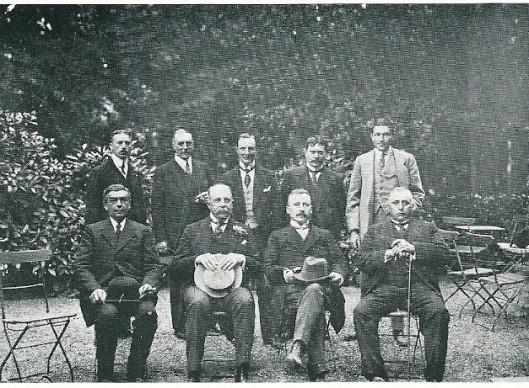Het college van B. en W. en het bestuur van de autobusvereniging Groenendaal-Haarlem in 1914 bijeen in Groenendaal. Zittend v.l.n.r.: van links naar rechts J.H.M.van Houten (wethouder), jhr.mr.D.E.van Lennep (burgemeester), dr.E.A.M.Droog (president-commissaris) en J.H.M.van Houten (wethuder). Staand v.l.n.r.: H.Kimman (directeur) en de commissariseen W.C.van Meeuwen, mr.J.Lohman, A.A.Swolfs en jhr. P.N.Quarles van Ufford.