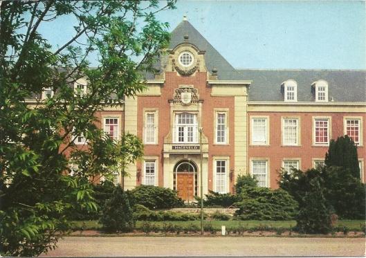 Voorgevel van voormalig seminarie (nu woonappartementen) Hageveld. Daarachter ligt de gelijknamige school.