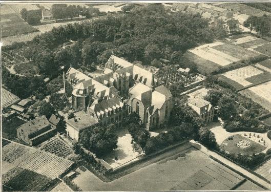 Luchtfoto KLM van Klooster St. Lucia uit de Katholieke Illustratie, circa 1930