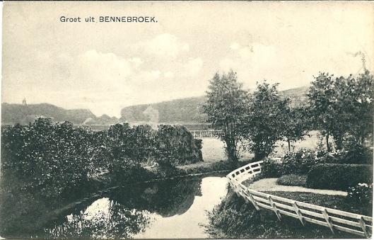 Deze oude prentbriefkaart in aanmerking genomen zou men niet zeggen dat Bennebroek vóór de annexatie met Rijswijk de meest versteende gemeente van Nederland was.