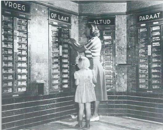 Foto van moeder en dochter in de automatiekhal van Tummers in 1950. (foto Spaarnestad, J.J.M.de Jong)