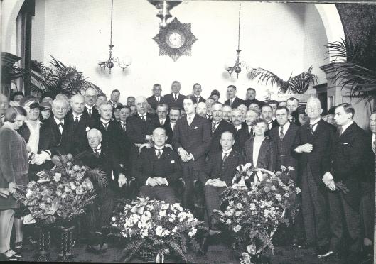 Van 1916 tot 1949 was jonkheer J.P.W.van Doorn burgemeester van Heemstede. In 1928 is zijn koperen ambtsjubileum gevierd en is deze 'staatsiefoto' gemaakt. Zijn echtgenote was hierbij afwezig. In 1917 was zij bij het leren van schaatsen aan haar kinderen op het ijs ten val gekomen en liep daarbij ongeneeslijk rugletsel op. Tot aan haar overlijden 20 jaar later was zij aan het ziekbed gekluisterd. Op de eerste rij zijn gezeten v.l.n.r. de heer Van Rees (schoonvader van de burgemeester), burgemeester Van Doorn en zijn broer mr. U.C.van Doorn,
