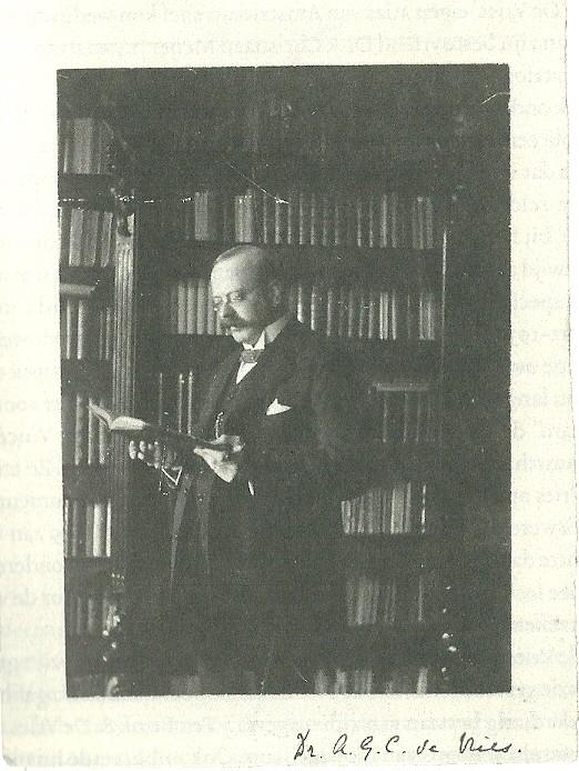 Dr.A.G.C.de Vries (1872-1936), oudste zon en opvolger van R.W.P.de Vries in zijn veilinghuis-antiquariaat in Amsterdam (foto uit: P.J.Buijnsters, Geschiedenis van het Nederlandse antiquariaat.