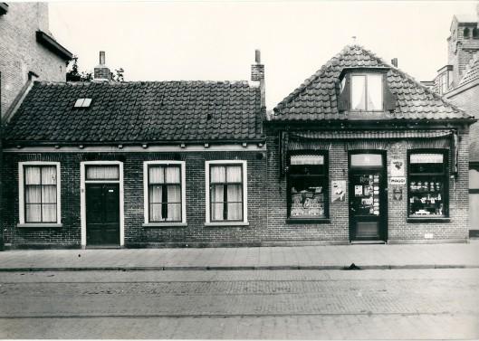 Links Raadhuisstraat 10, destijds bewoond door H.A.Meeuwenoord die later naar het Wiekenplein verhuisde. Rechts op nummer 8 kruidenier Chr. Vollenga, daarvoor Reedijk. De barbierszaak van de firma Oosterhoorn is opgericht in pand nummer 8, verhuisd naar het perceel 4/6, waar later o.a. reisorganisatie De Boer en Wendel was gevestigd.