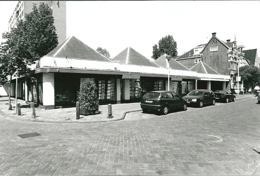 Voormalige garage Gratema aan de Raadhuisstraat (foto V.C.Klep, 1 juni 2002)