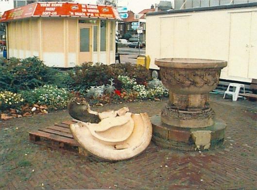 Hert door vandalen ernstig beschadigd monument van W.C.Brouwer nabij het station, na restauratie geplaatst in de tuin van het raadhuis (foto Fred Belt)