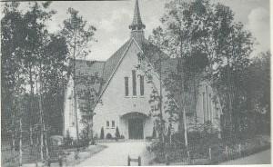 De in 1939 aan het Akonietenplein naar een ontwerp van de Aerdenhoutse architect C.van der Linden gebouwde Gereformeerde kerk Bennebroek