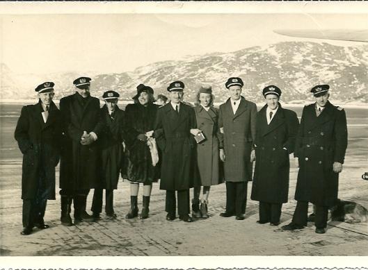 Achterop deze foto schreef Mary Pos: 'Bemanning van de Flying Dutchman en de schrijfster'