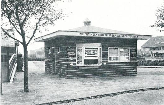 Na oprichting van de Vereeniging voor Vreemdelingenverkeer Heemstede en Bennebroek is in 1931 een inlichtingenbureau geopend naast het station Heemstede-Aerdenhout , tevens kranten- en tijdschriftenkiosk, waarbij de n.v. Amsterdamsche Boekhandel Couranten Tijdschriften enz' voor lectuur zorgde.