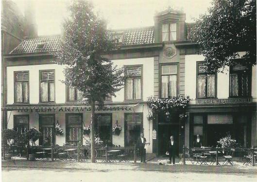 Logement Het Wapen van Amsterdam aan de rand van de Haarlemmerhout, Fonteinlaan 11, op een foto uit omstreeks 1900 (NHA)