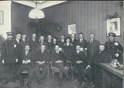 'Staatsiefoto' genomen na de installatie vn burgemeester mr. K.J.G.baron van Hardenbroek in 1925. Voorste rij v.l.n.r. gemeentesecretaris J.E.Tillema, W.van Waveren, de burgemeester, J.Dubbis en P.Zeestraten. Staande: o.a. gemeentepolitieagent Taeke Bos, ambtenaar C.Loeff, W.Prins en helemaal rechts rijkspolitieman Vos.