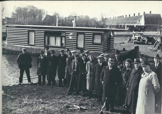 Midden in de economische crisisjaren in 1933 ging een nabij de Heemsteedse vuilnisbelt gelegen woonboot van het echtpaar Van der Schaaf in vlammen op. Men was onverzekerd. De gemeente nam gestimuleerd door aannemer C.A.M.Joncloedt die het materiaal beschikbaar stelde, om met een aantal werklozen een nieuwe woonark te bouwen. Op deze foto staat het resultaat van it staaltje van burgerzin. V.l.n.r. zien we Bert van Bakel, Rinus Oosterbeek, politieman J.Jonkman, Henk van der Eem, Toon van der Eem, Toon Wientjes, een onbekende, Arie Leuven, het echtpaar Van der Schaaf, de man daarachter met hoed onbekend, Daarnaast Jan Groenland en verder Piet Breugel, Niek Leuven, zijn broer Henk Leuven (half zichtbaar), en Henk van Bakel. Dan de 'officiële' personen: op de voorgrond aannemer en wethouder C.A.M.Jonckbloedt. Achter hem A. Spoor. Verder weldoenster freule W.F.van der Goes, mej. Lucy Hillen van Maatschappelijk Hulpbetoon, de heer Bulten, de heer Fokkens, G. de Raad en 'Janbaas' Neeskens van openbare werken.