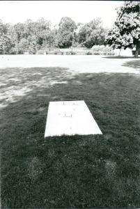 Door omwonenden niet gewenst is het 65.000 gulden kostende kunstwerk van Adam Colton, 'primitief bevestigd' door onbekenden van de sokkel gehaald en in het water gegooid (foto Vic Klep, 2002)