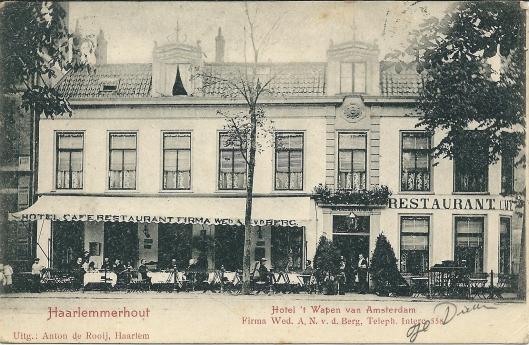 Nog een oude prentbriefkaart van hotel-restaurant 't Wapen van Amsterdam van de Weduwe A.N.v.d.Berg waarbij de gérands in de deuropening staan.