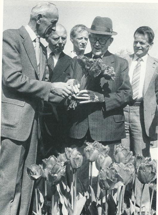 Toen de heer Dix de 100 al gepasseerd was bleef hij actief. Hier staat hij naast een andere veteraan uit het bloemenvak Mattheus Zandbergen (links)