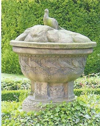 Tuinvaas met op deksel een fazant. Terracotta. Vervaardigd door beeldhouwer/keramist W.C.Brouwer (1877-1933) vermoedelijk voor Meer en Berg. Heeft jarenlang bij het station gestaan en sinds het jaar 2000 in de tuin achter het raadhuis