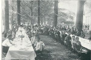 Een openlucht-lunch in Groenendaal in 1922 na het behalen van het kampioenschap door H.F.C. in 1922. Jong en oud waren op Groenendaal verenigd.