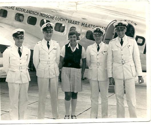Mary Pos met een KLM-bemanning in Zuid-Afrika