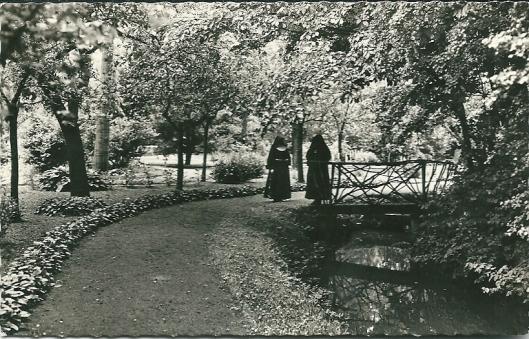 Mediterende zusters Franciscanessen in de tuin van het Moederhuis Bennebroek